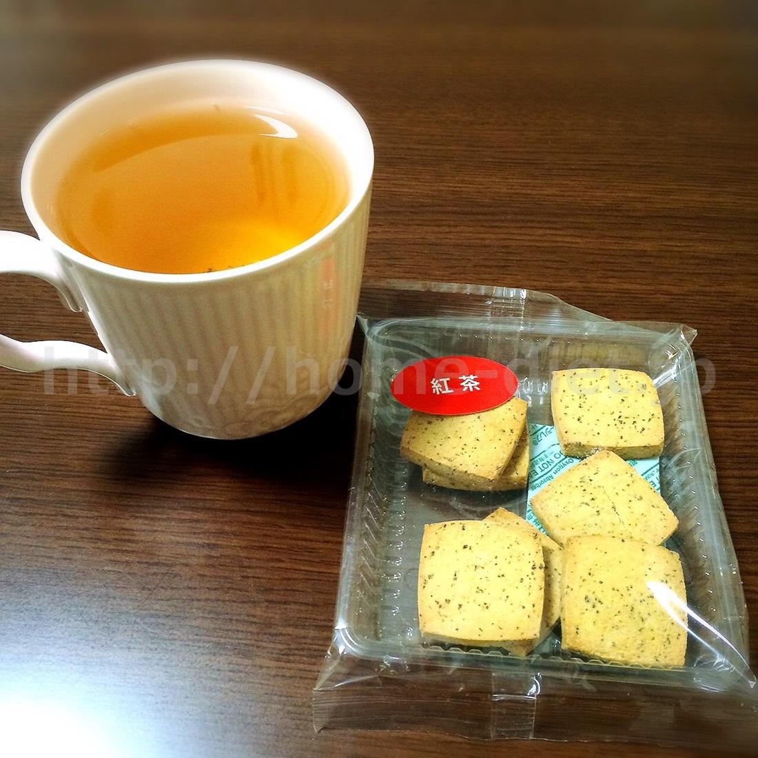 紅茶に紅茶味豆乳クッキーの組み合わせ